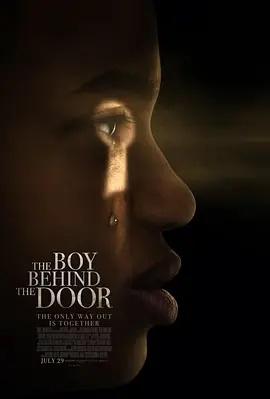 门后的男孩